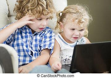irmã, laptop, irmão, junto, jovem, seu, computador, usando