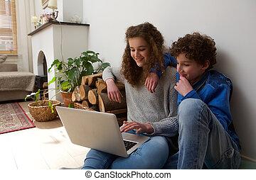 irmã, laptop, irmão, junto, usando, lar, feliz