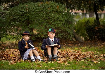 irmã, leitura, folhas, irmão, sentando