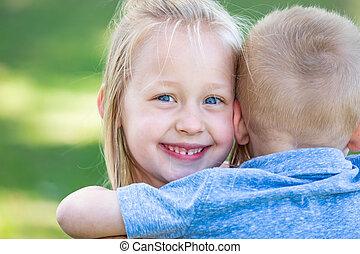 irmã, parque, jovem, abraçando, irmão