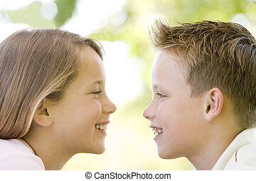 irmã, sentando, ao ar livre, irmão, outro, sm, cada, olhar fixamente