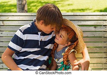 irmã, sentando, irmão, junto, banco, ao ar livre, tocando