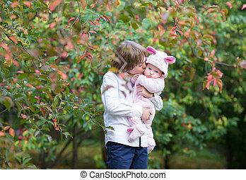 irmã, seu, coloridos, árvore, irmão, outono, sob, bebê, beijando