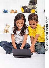 irmã, tocando, laptop, irmão