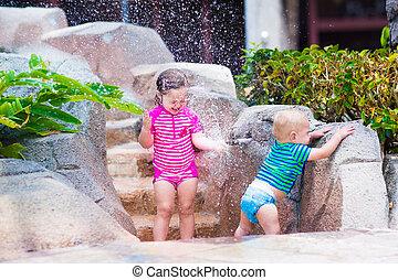 irmã, torneira, irmão, água, ao ar livre, tocando