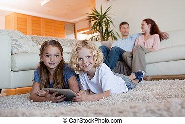 irmão, e, filha, usando, tabuleta, tapete