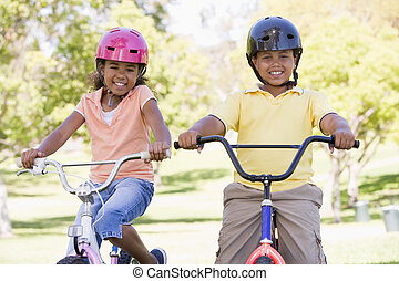 irmão irmã, ao ar livre, ligado, bicycles, sorrindo