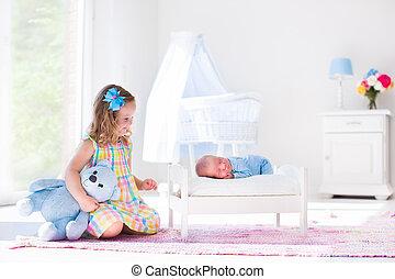 irmão pequeno, bebê recém-nascido, menina, tocando