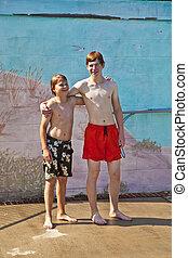 irmãos, tendo divertimento, em, a, piscina