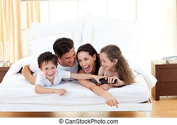 irmãs, com, seu, pais, tendo divertimento
