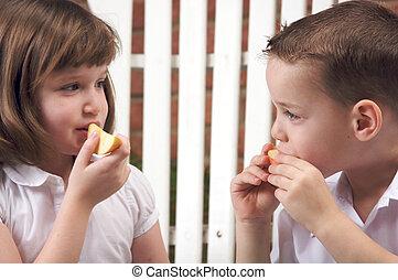 irmãs, comer, maçãs