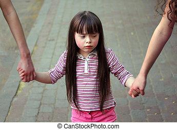 irmãs, menina, braços, segurando, passeio