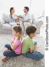 irmãs, pais, enquanto, argumentar, costas, sentando