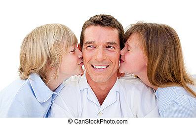 irmãs, seu, cute, pai, beijando