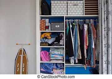ironing, man's, slordige , stalletjes, volgende, bezittingen, kast, gebruikelijk, plank, informatietechnologie