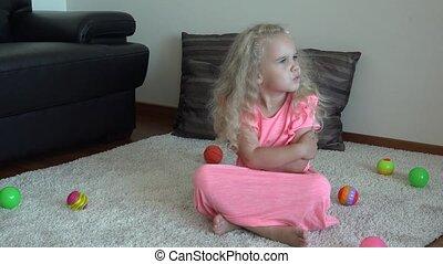 irritable, triste, mignon, adorable, elle, cheveux, girl, back., virage, enfant, bouclé, fermé