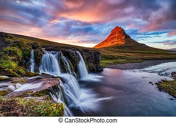 island, landschaftsbild, sommer, panorama, kirkjufell, berg, an, sonnenuntergang, mit, wasserfall, in, schöne , licht