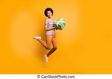 isolado, amarela, cheio, tamanho, cor, desgastar, vívido, foto, calçado, mãos, segurando, comprimento, girado, menina, giftbox, corporal, sobre, listrado, pular, t-shirt, calças, fundo, calças