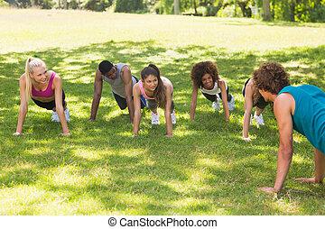 istruttore, con, classe salute, fare, spinta, ups, parco