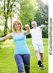 istruttore personale, con, cliente, esercitarsi, parco