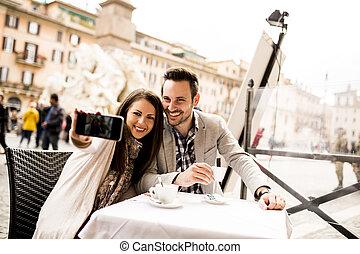 itália, restaurante, selfie, roma, par jovem, levando