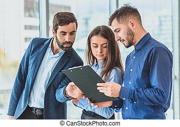 it., 文書, もつ, ビジネス 人々, オフィス。, 時間, 3, 同じ, ディレクター, サイン, フォルダー, 秘書