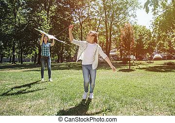 it., back., marche, cerf volant, elle, lancement, kite., maman, haut, air, regarder, fil, traction, elle, tenue, en avant!, girl, essayer, hands.