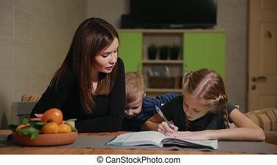it., garçon, école, fille, homework., peu, tâche, frère, montres, mère, devoirs, aides