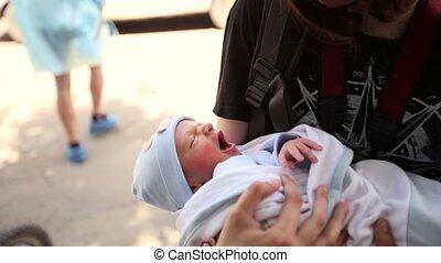 it., jongen, haar, zorgen, pasgeboren, arms., wiggle, tiener, vasthoudende baby