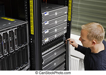 IT Technician Maintain SAN and Servers - It engineer /...