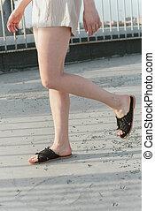 it., trotteurs, asphalte, mode, osier, shorts., lin, ardoises, shales., gris, noir, pantoufles, femme, va, élégant, girl, jambes, ombre, tressé, sole.
