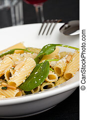 italian pasta with spinach sauce