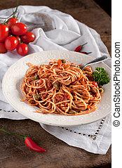 Italian spaghetti tomato, tuna and capers