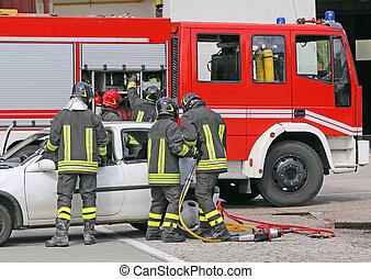 italiano, bombeiros, aliviar, um, ferido, após, um, acidente estrada