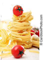 italiano, macarronada, e, tomate cereja, ligado, madeira, superfície