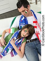 italiano, par, ligado, sofá, esperando, para, partida futebol