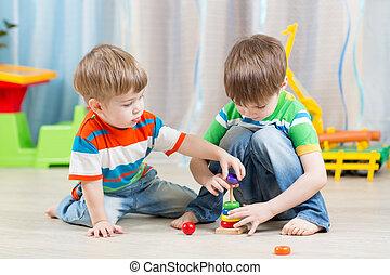 ittle, jogar crianças, com, brinquedos