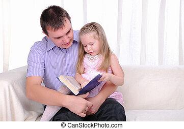 ittle, meisje, is, zittende , op de schoot, van, zijn, vader