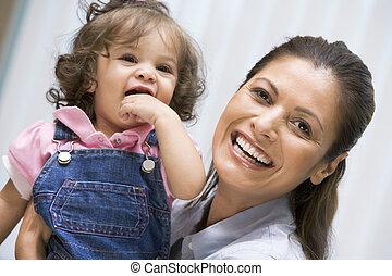 ivf, madre, sonriente, sostener a niño