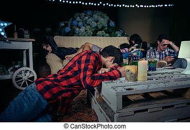 ivre, amis, après, jeune, dormir, dehors, fête, fatigué