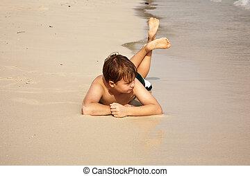iy, garçon, apprécier, warmness, soi, eau, confiant, regarder, plage, mensonge, heureux