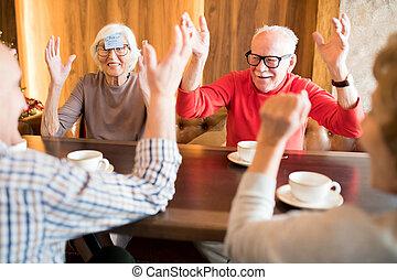 izgatott, játék, idősebb ember, kávéház, barátok, játék