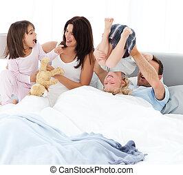 játék, ágy, boldog, együtt, család