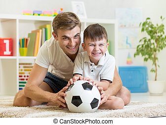 játék, kölyök, soccerball, atya, szobai, fiú