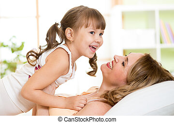 játék, nő, lány, neki, középkorú, hálószoba, napos, ágy, reggel, nevet, gyermek, élvez