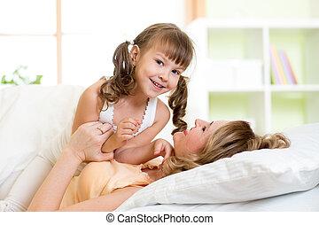 játék, neki, csiklandoz, gyermek, napos, ágy, reggel, nevet, anya, hálószoba, élvez