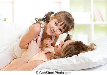 játék, neki, gyermek, napos, ágy, reggel, nevet, anya, hálószoba, élvez