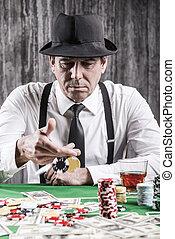 játék, poker., súlyos, senior bábu, alatt, ing, és, nadrágtartó, dobás, övé, hazárdjátékot játszik kicsorbít, -ban, a, piszkavas, asztal