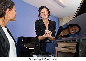 játékos zongora, énekes