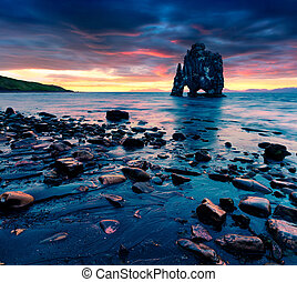 jättestor, basalt, stack, hvtserkur, på, den, ostlig kust, av, den, vatnsnes, peninsula.